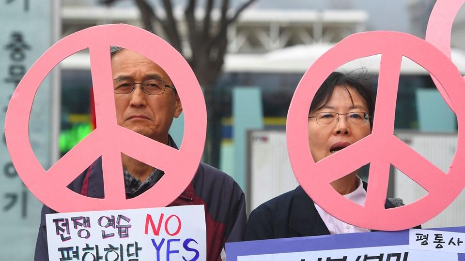 Antikrigsaktivister holder skilte under en samling for at tage afstand fra den årlige militærøvelse mellem USA og Sydkorea. Foto: Scanpix/Jung Yeon-je