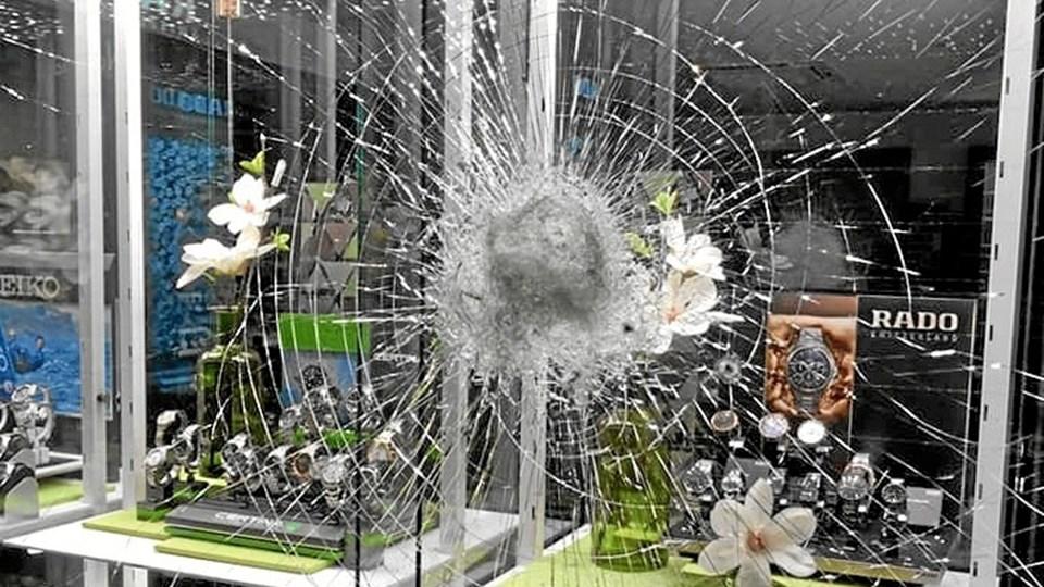 Et indbrud hos en guldsmed i Thisted endte som et forsøg og kraftige skader på en rude.Foto: Bendixen