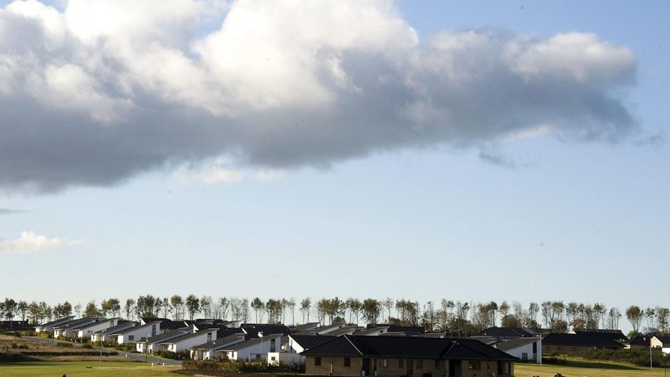 Beboerne i de nye andelsboliger i Ådalen må hive vasketøjet ind og holde døre og vinduer lukkede, når vinden er i øst. Arkivfoto: Kurt Bering