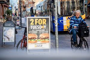 Ulovlige butiksskilte flyder på fortovet: Nu skal det være slut med at gå slalom mellem reklamer
