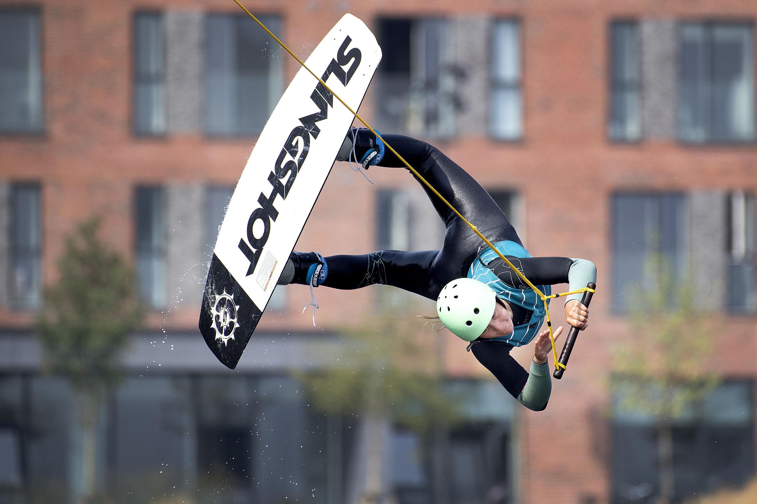 Det er næsten en hel kunstart i sig selv at lave et smukt flyvehop, og det kræver både koncentration og teknisk kunnen at udføre det krævende hop, som her udføres af Rebecca Bon. Arkivfoto: Lars Pauli