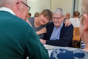 Sammenhold, latter og hygge: Café tilbyder sociale aktiviteter for lokale