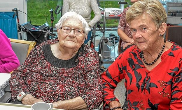 Den glade giver af såvel kaffebord som dagens underholdning af Keld og Hilda var Marie Andersen (tv) her sammen med Ruth Hannesbo (th) Foto: Mogens Lynge