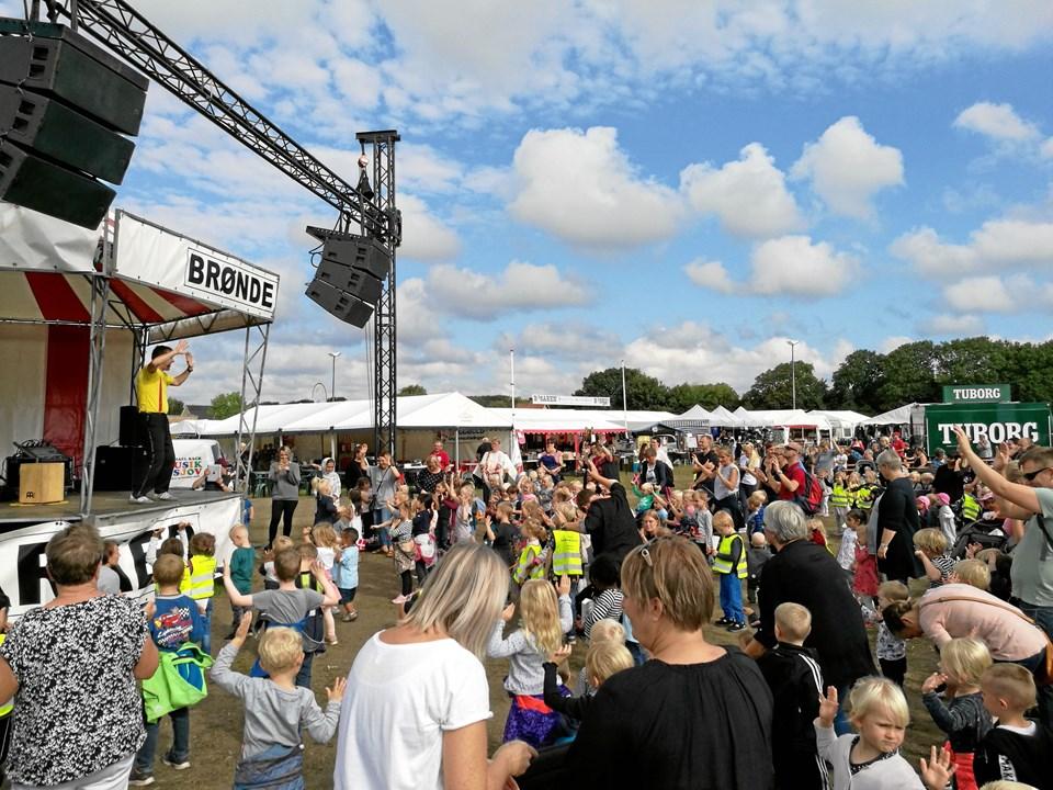 Ingen kunne stå stille, da Michael Back fra markedsscenen sørgede for dansk og sang mandag formiddag.Foto: Kristian Gull Pedersen