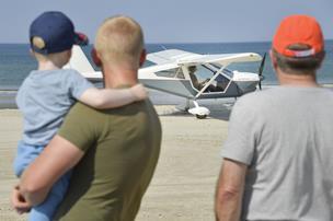 Se fotos: Masser af fly på stranden i Blokhus