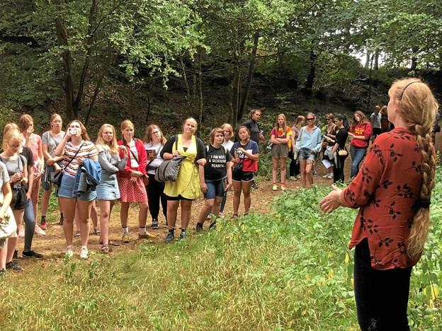 De 70 elever på Brønderslev Forfatterskole fik en tiltrængt pause, hvor de besøgte Dronninglund Kunstcenter, hvor Stinne Teglhus, næstformand i Dansk Billedhugger, gav en rundvisning.  Privatfoto