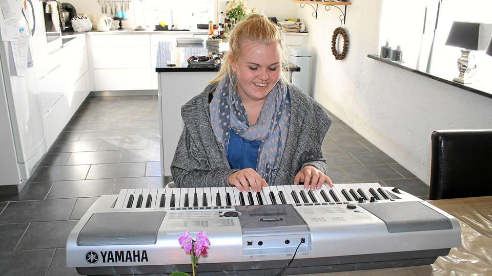 Emilie Thomsen bruger mange timer på at synge og spille på sit keyboard. I lørdags sang hun på scenen i Gigantium med bandet Nephew. Foto: Jørgen Ingvardsen
