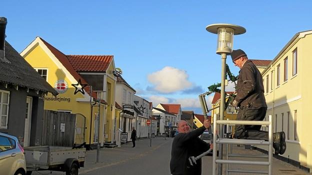 Ulrik Troldborg og Anders Møller satte stjerne op i lygtepælene. Foto: Kirsten Olsen Kirsten Olsen