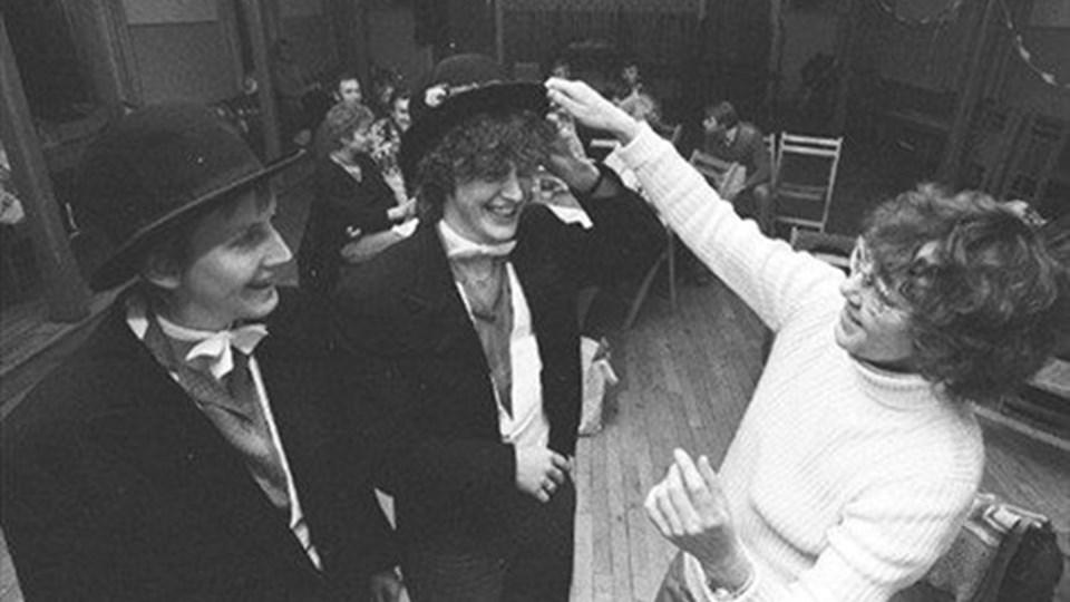 Gennem tiderne har Sennels Forsamlingshus lagt gulv til megen morskab - lige fra dans til dilettant. Her et billede fra 1983, hvor Sennels Borgerforening opfører Niels Klapholms Guld. (Lokalhistorisk Arkiv for Thisted Kommune).