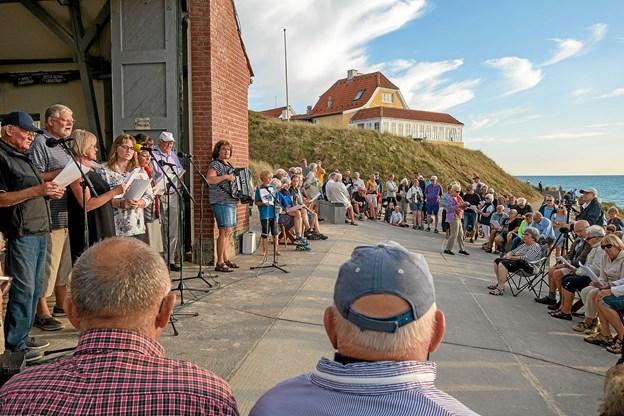 Som til de foregående sangaftener ved Redningshuset og i Lønstrup Kirke var lokale og turister mødt talstærkt op. Foto: Niels Helver