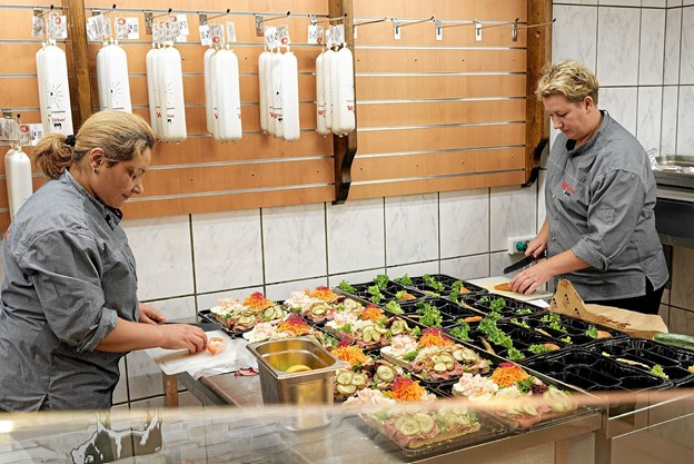 Der var travlhed overalt i butikken på åbningsdagen. Især delikatesseafdelingen havde travlt. Foto: Niels Helver