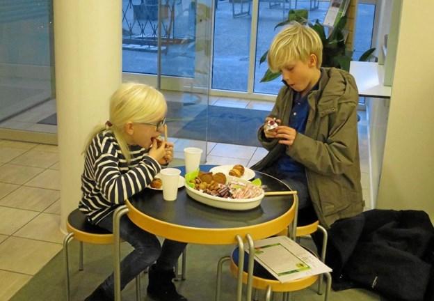 Søskendeparret Olga og Karlo havde fundet sin egen lille niche, hvor de sad og spiste æbleskiver, småkager og slik, der blev skyllet ned med saftevand. De to hjalp også - sammen med andre børn – at pynte juletræet og det udløste en flot chokoladekalender. Foto/tekst: hhr-freelance.dk