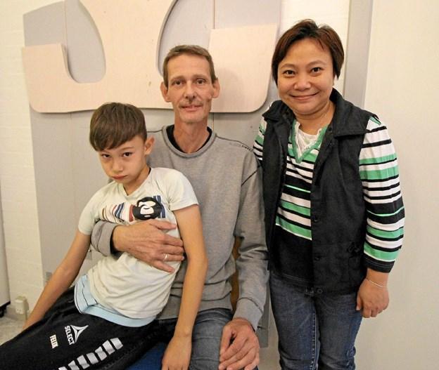 Tonni Olsson, hustruen Jian Yu Kuang og sønnen Felix møder med stor fornøjelse op hver gang, Røde Kors arrangerer fællesspisning og byder på aktiviteter. Foto: Jørgen Ingvardsen