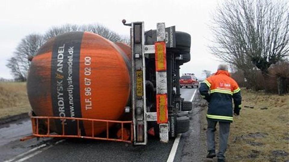 Efter en hel del regn var rabatten blevet så blød langs Hobrovej, at en lastbil ikke slap problemfrit fra at trække ud til siden.   Foto:  Mogens Anthonsen