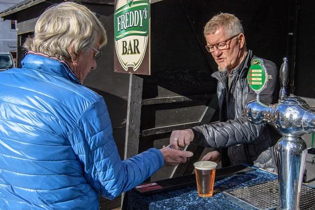 Freddy Rafn kan se frem til 18 haner frem over på Freddys Bar, hvor han nu er daglig leder. Foto: Peter Broen
