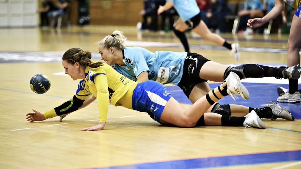 Der var hård kamp om alle bolde og smalle føringer, da Aarhus United mødte Nykøbing i HTH Ligaen. Foto: Anita Graversen/Ritzau Scanpix