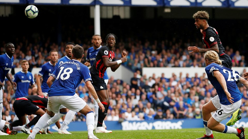Danske Philip Billing steg til vejrs og headede Huddersfield foran ude mod Everton i Premier League lørdag. Foto: Craig Brough/Reuters