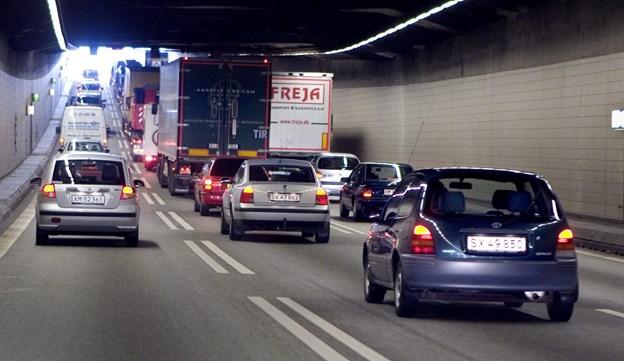 Syv biler i to harmonikasammenstød i Limfjordstunnelen: Trak lang kø