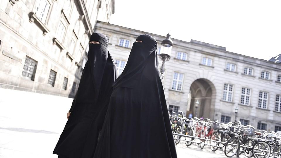 To kvinder i niqab ankommer til Christiansborg, hvor regeringens såkaldte tildækningsforbud, som blandt andet vil ramme burkaer, torsdag blev vedtaget af et flertal i Folketinget. Der var dog ikke enighed blandt regeringspartierne, hvor hovedparten af Liberal Alliances medlemmer stemte imod. Det samme gjorde Enhedslisten, Alternativet, Radikale Venstre og SF. For stemte S, DF, Venstre, Konservative samt to medlemmer af LA. Foto: Mads Claus Rasmussen/Ritzau Scanpix