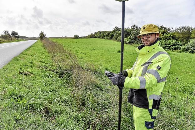 Mads Løvig Kjær og hans to andre kollegaer fra Geo Partners skal bruge to dage for at måle op på arealet, hvor den nye cykelsti skal anlægges. Foto: Ole Iversen
