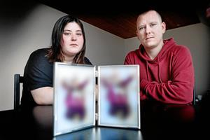 Enna fik kun 14 dage med mor og far - blev fjernet med tvang: - Vi fik aldrig rigtig chancen