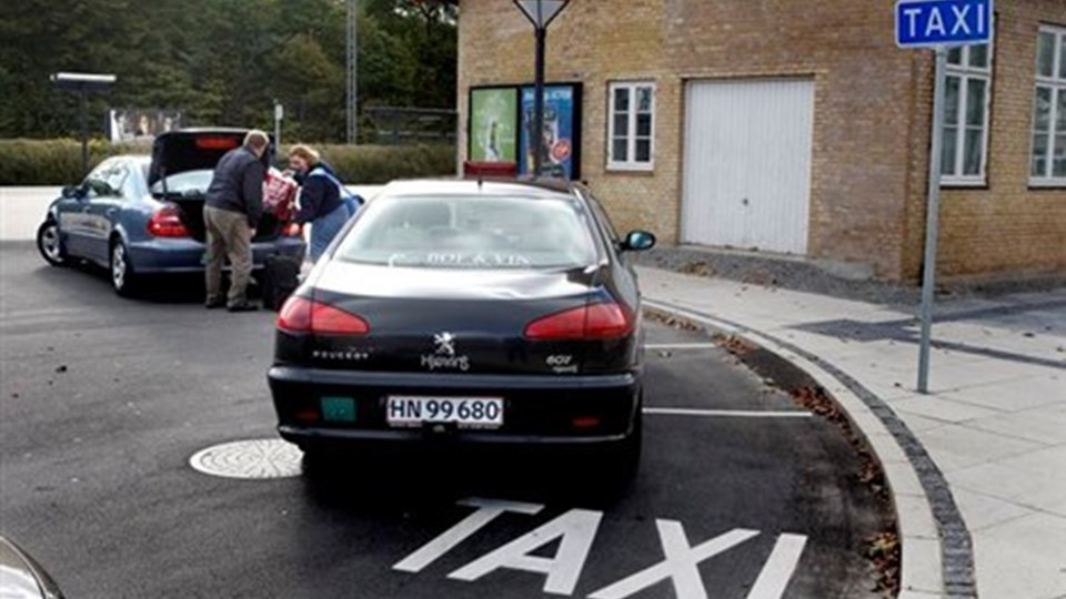 Taxavognmænd diskuterer hvem der fremover skal modtage bestillinger fra kunderne Foto: Hans Ravn