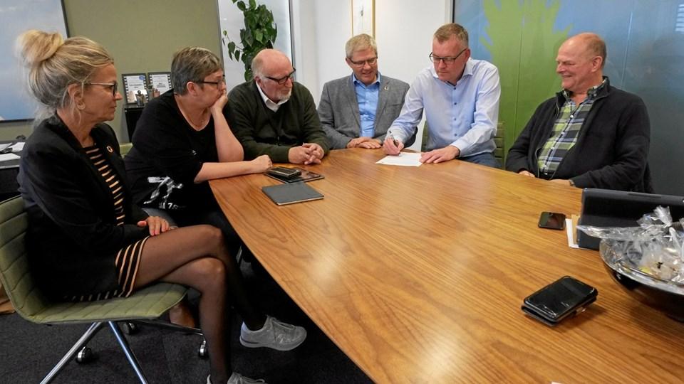 Forligparterne skrev under på borgmester Arne Boelts kontor torsdag eftermiddag. Fra venstre: Laila Zielke (S), Louise Hvelplund (EL), Peter Duetoft (S), Arne Boelt (S), Dan Andersen, Lokallisten samt Jørgen Bing (SF). Foto: Allan Vinding Sørensen