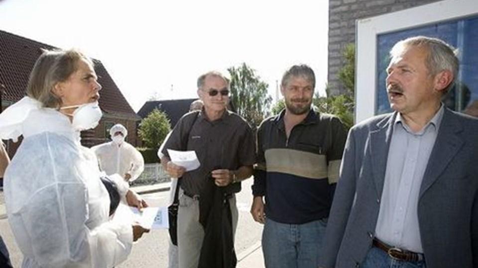 Bertil Mortensen (SF) med brillerne og Morten Lem (S) så til, mens Bent Juul Jensen sagde sin mening om at få en modtagelse foran byrådssalen i Nørager, der bragte billeder af en miljøkatastrofe frem på hans nethinde. foto: grete dahl