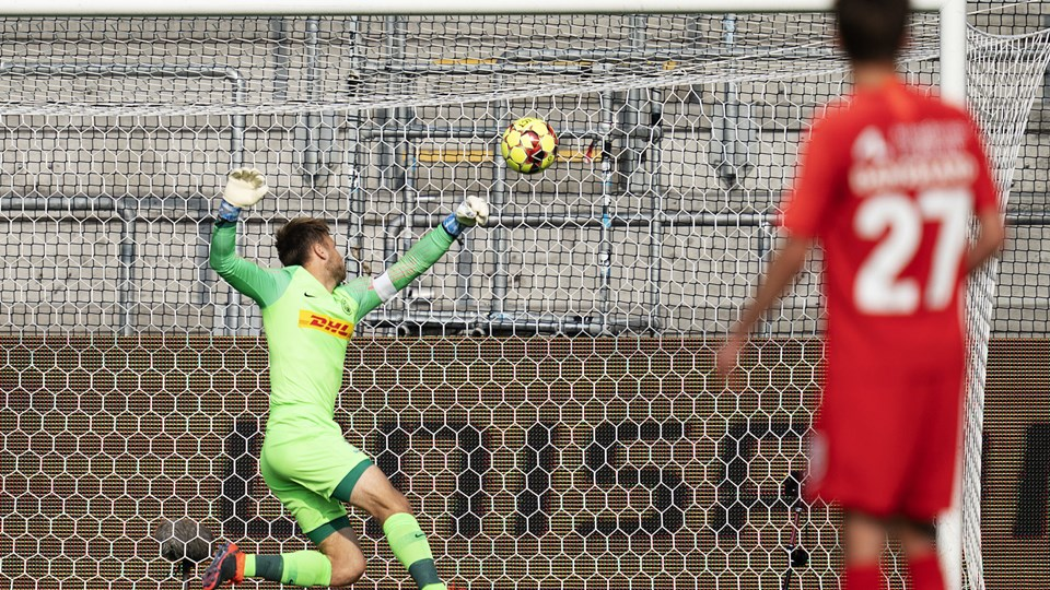 FC Nordsjælland-målmand Nicolai Larsen sprællede forgæves, da Pål Alexander Kirkevold tog chancen langt udefra. Foto: Claus Bech/Ritzau Scanpix