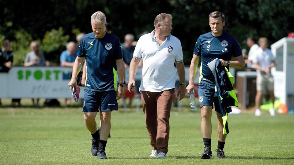 Sportsdirektør Ole Nielsen (i midten) har stadig fuld tiltro til Vendsyssel FF's trænerteam med cheftræner Johnny Mølby (th.) og assistenten Henrik Larsen (tv.) .Arkivfoto: Bente Poder