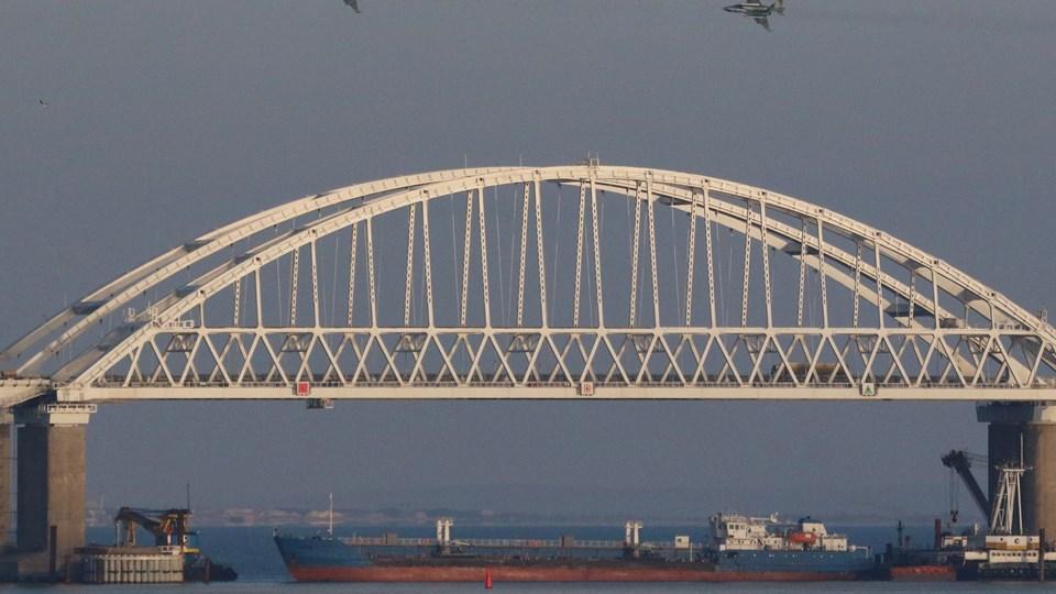 Billedet er fra november, hvor et russisk fragtskib blev lagt på tværs i Kertj-strædet og russiske kampfly overfløj området, efter tre ukrainske flådefartøjer havde forsøgt at passere for at nå ukrainsk havn.