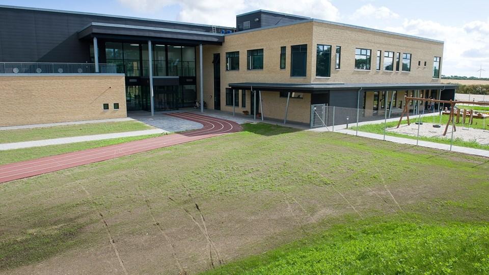 Sydmors Børnehus, der er placeret til højre for hovedindgangen til Sydmors Skole, har for mange børn i forhold til normeringen. Det giver pladsproblemer i institutionen.   Arkivfoto: Bo Lehm