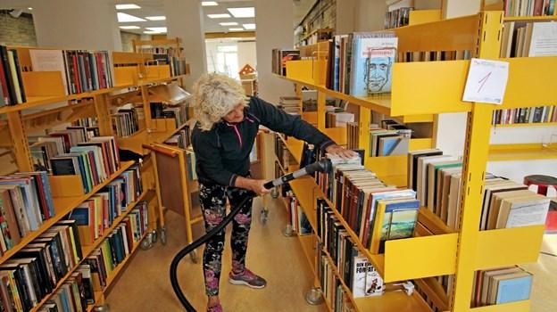 Alt er blevet støvsuget og tørret af. Her er det bibliotekar Solveig Sanders, der svinger støvsugeren. Foto: Jørgen Ingvardsen Jørgen Ingvardsen