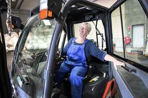 """De kalder hende """"Karen-Lyn"""": 76-årig giver mandlige kolleger baghjul på sin truck"""