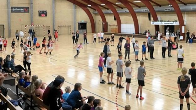 Der var gang i tre baner til høvdingebold, da 4. og 5. klasserne fra Biersted, Brovst og Fjerritslev dystede i Idrætscenter Jammerbugt.Foto: Kasper Mølbæk