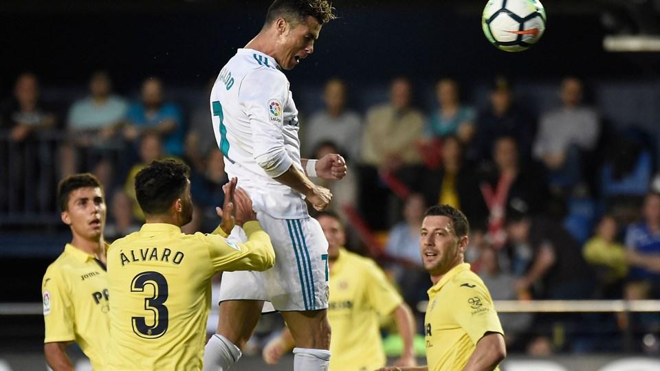 Real Madrids stjerneangriber Cristiano Ronaldo (øverst) steg til vejrs og headede bolden ind til 2-0. Kampen endte dog 2-2. Foto: Scanpix/Jose Jordan