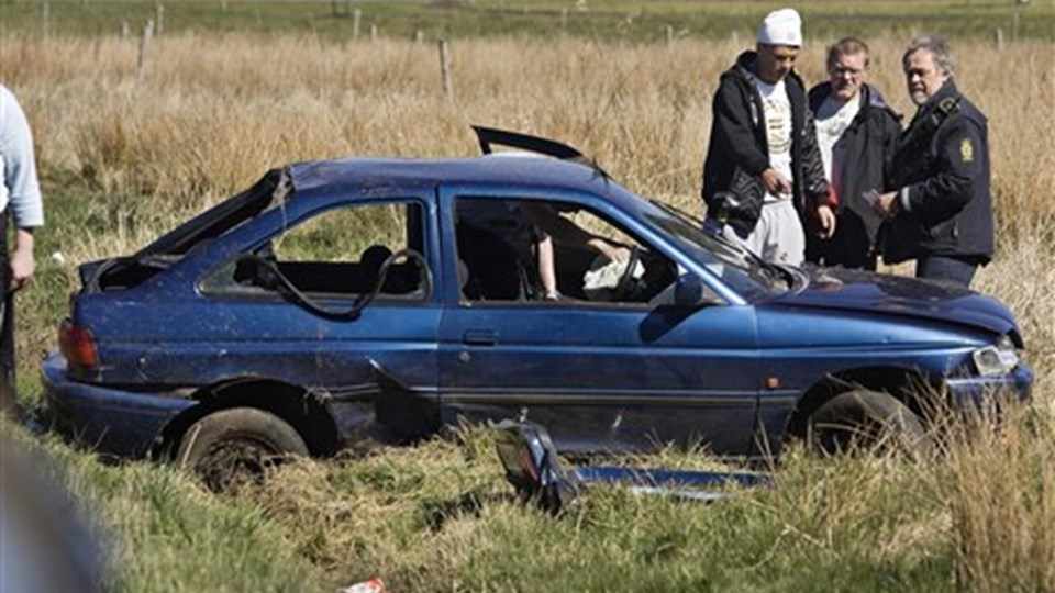 Fire unge var tirsdag eftermiddag involveret i et grimt færdselsuheld uden for Moseby - to er kommet alvorligt til skade. Foto: Martin Damgaard.