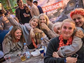 Håndbajere og siddepladser i gamle joller: Festival står til søs