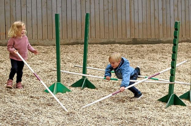 """I den lille hal er der opstillet redskaber til leg og hygge. Celina og Milo leger """"springheste"""". Foto: Niels Helver"""