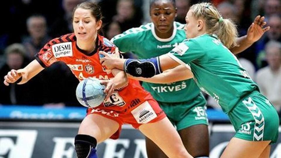 """Mathilde Bosun har fået en ny rolle som lidt fremskudt i forsvaret for med sin hurtighed at kunne  genere modstandernes etablerede spil og """"stjæle"""" lidt bolde.   Foto: Lars Pauli"""
