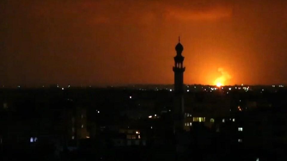 En eksplosion lyser op nær byen Deir el-Balah tidligt onsdag. Israelske fly angreb i løbet af natten flere mål i Gaza.
