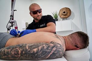 Jens har fortrudt tatoveringer: - Det gør dobbelt så ondt at få dem fjernet