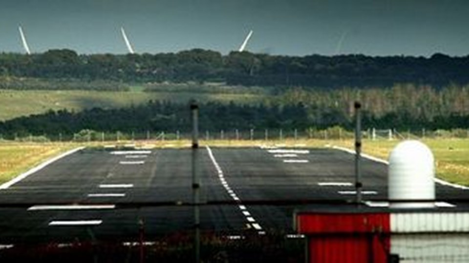 Skal Thisted Lufthavn igen klassificeres til ruteflyvning, skal belysningen udskiftes, og en mindre vandløb skal flyttes. Arkivfoto