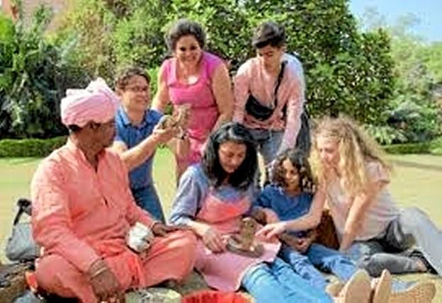 """Iqbal og hans farverige familie er tilbage i den nyeste film i serien, """"Iqbal og Den Indiske Juvel"""". Foto: Fjerritslev Kino"""