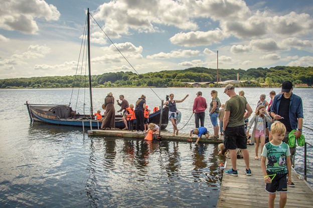 Det var perfekt vejr til vikingemarked, som i år også kunne tilbyde små sejlture på fjorden med den lille båd. Andre år har det blæst for meget.