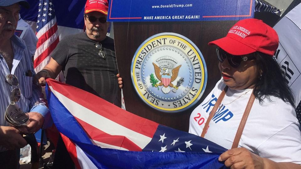 Mange af latinoerne i Florida støtter Trump og Republikanerne på grund af den skrappe kurs over for Cuba og andre venstreorienterede regeringer i Latinamerika. Her er det eksilcubanere i Miami, Florida, der fejrer Trumps indsættelse for knap to år siden. (Arkiv)