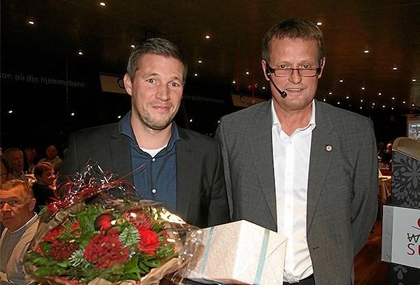 Rasmus Mou Nielsen (t.v.) fra Nr. Kongerslev er modtager af Gør en forskel-prisen 2018 i DBU Jylland Region 1. Prisen blev overrakt af Kristian Nørgaard Thomsen.