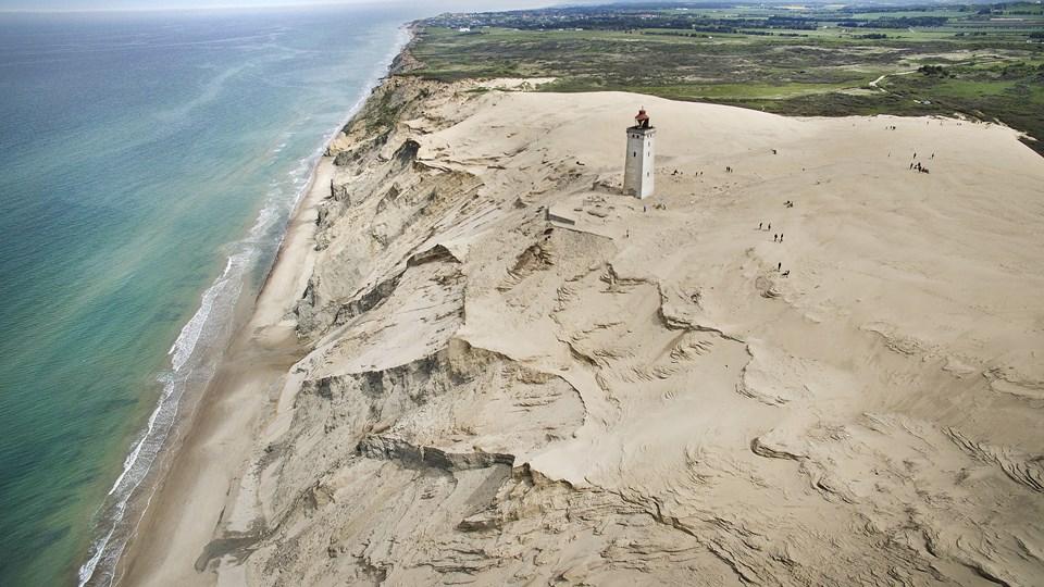 Hjælpen er på vej til Rubjerg Knude Fyr, som sandsynligvis falder i havet, hvis det ikke bliver flyttet indenfor de næste par år. Arkivfoto: Hans Ravn