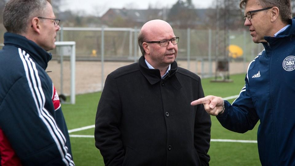 Formanden for DBU, Jesper Møller (i midten), støtter Michel Platinis kandidatur. Arkivfoto: Bo Lehm