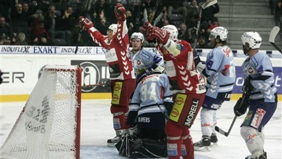 Trods en skade til AaB Ishockeys normale førstevalg i målet hentede AaB en fuldt fortjent sejr i den første af syv mulige semifinalekampe mod SønderjyskE. Foto: Michael Bygballe.